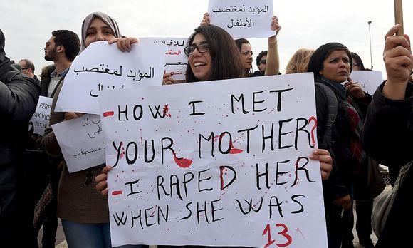 Ein Gericht erlaubte die Hochzeit eines 20-Jährigen mit einer 13-Jährigen, die er geschwängert hatte. Dagegen gab es Proteste in Tunis. / Bild: (c) APA/AFP (FETHI BELAID)