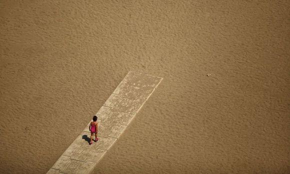 """""""Er zählt augenzwinkernd nach, wie viele Sandkörnchen es gibt, und zwar nicht nur an den Ufern der Meere, sondern im gesamten Universum."""" Carlo Rovelli über Archimedes und dessen Werk """"Die Sandzahl""""."""