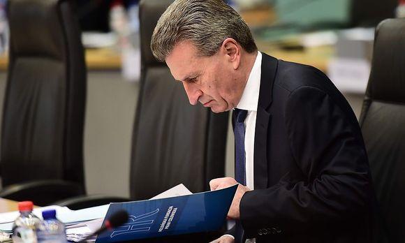 Günther Oettinger hält sich mit Kritik an AfD-Chefin Frauke Petry nicht zurück.