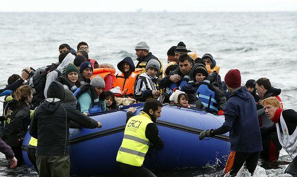 Freiwillige ziehen ein Schlauchboot in Griechenland an Land.