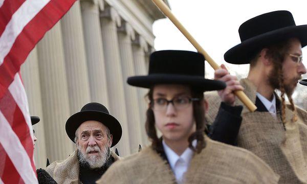 Juden mit einer amerikanischen Flagge. / Bild: APA/AFP/MANDEL NGAN