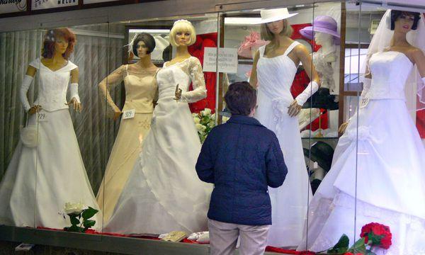 Auslage mit Brautmode  / Bild: www.BilderBox.com