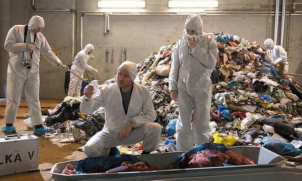 Das neue Berliner Ermittlerteam muss gleich einmal nach Leichenresten graben.  / Bild: (c) rbb/Frédéric Batier