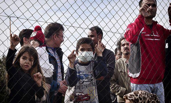 Die EU plant die Finanzierung von Rückkehrflügen. / Bild: APA/AFP/LOUISA GOULIAMAKI