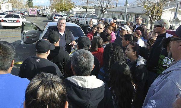 Polizeichef Ed Whiting spricht nach der Tat zu Eltern / Bild: Reuters