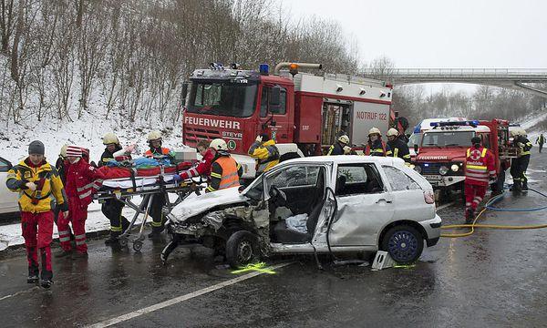 Fünf Verletzte gab es nach dem Unfall auf der Steyrer Nordspange. / Bild: (c) APA/FOTO-KERSCHI.AT (FOTO-KERSCHI.AT)