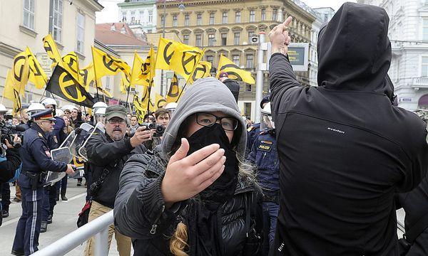 Bild vom vergangenen Samstag: Die Polizei zwischen linken und rechten Demosntranten / Bild: APA/HERBERT PFARRHOFER