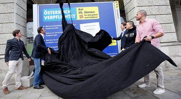 Enthüllung des Plakates zur Kampagne durch VP-Wien-Chef Juracza (zweiter von links) und Staatssekretär Kurz (dritter von links) / Bild: APA-FOTO: GEORG HOCHMUTH