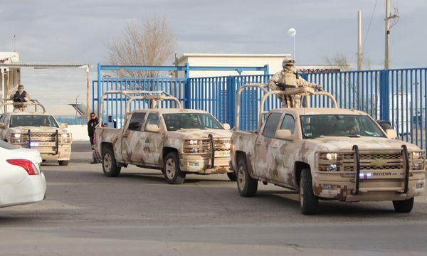 """""""El Chapo"""" wird zum Flughafen in Ciudad Juarez gebracht. / Bild: (c) AFP (HERIKA MARTINEZ)"""