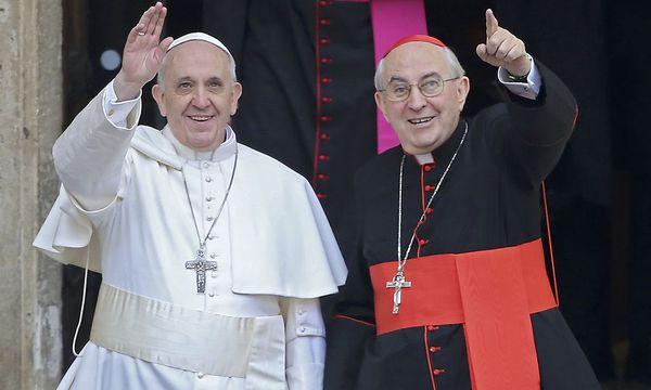 Papst Franziskus mit dem Generalvikar von Rom bei seiner Ankunft in der Basilika Santa Maria Maggiore. / Bild: (c) REUTERS