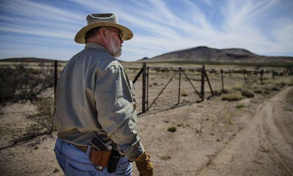 Archivbild: Ein amerikanischer Landbesitzer an der Grenze zu Mexiko, wo die Mauer entstehen soll. / Bild: imago/ZUMA Press