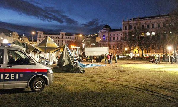 Die Räumung des Flüchtlingscamps in den Morgenstunden. / Bild: AKS-Wien/Julia Spacil