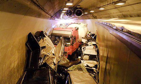 Unfall in beiden Röhren des Herzogbergtunnels auf der A2 / Bild: (c) APA/FF MOOSKIRCHEN (FF MOOSKIRCHEN)