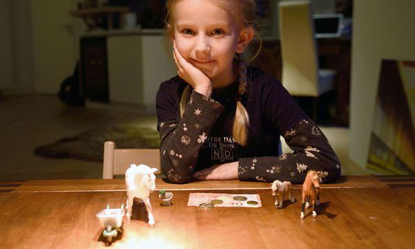 Helene Riedler, bald sieben Jahre alt, zeigt uns die Dinge, die sie sich mit ihrem Taschengeld gekauft hat. / Bild: (c) Die Presse (Clemens Fabry)