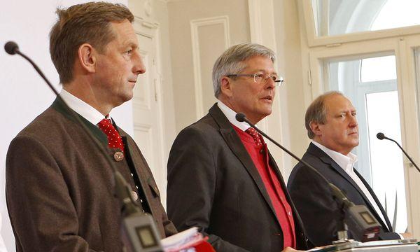 Landesrat Christian Benger (ÖVP), Kärntens Landeshauptmann Peter Kaiser (SPÖ) und Grün-Landesrat Rolf Holub / Bild: (c) APA (GERT EGGENBERGER)