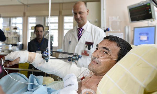 Der 37-jährige Tibor A. hatte großes Glück im Unglück. Ob der wieder angennähte Arm funktionsfähig ist, wird die Zeit zeigen. / Bild: (c) APA/HERBERT NEUBAUER
