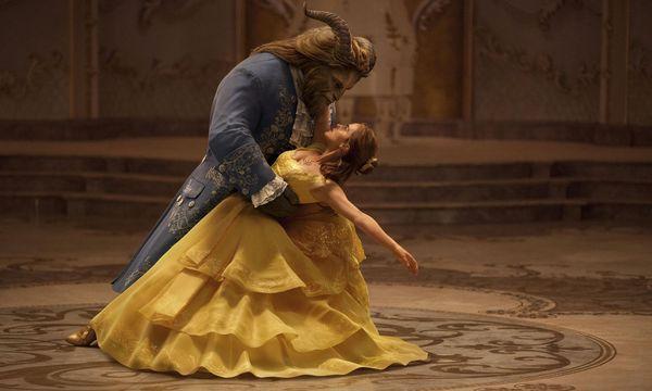 Das intelligente Dorfmädchen Belle (Emma Watson) ist im Schloss des Biestes (Dan Stevens) gefangen – und kehrt das Menschliche in ihm hervor. / Bild: (c) Courtesy of Disney