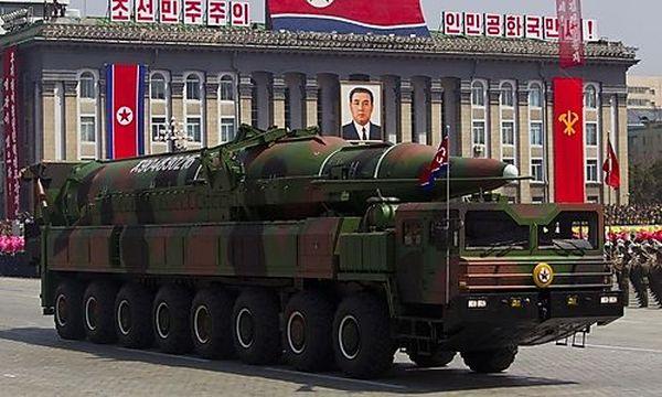 Archivbild: Ein nordkoreanisches Militärfahrzeug trägt eine Rakete bei einer Parade / Bild: (c) AP (David Guttenfelder)