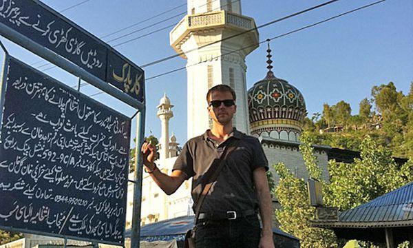 Stefan Riecher vor der Ilyasi Moschee in Abbottabad  / Bild: (c) Riecher