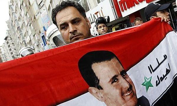 Ein Anhänger Präsident Bashir al-Assads mit dessen Konterfei / Bild: (c) REUTERS (Murad Sezer)