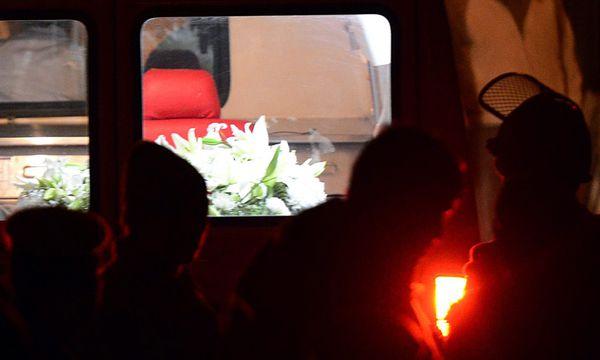 Der Sarg wurde in einem Rettungswagen nach Neu-Delhi gebracht / Bild: (c) EPA (STR)