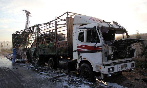 Ein ausgebrannter LKW mit Hilfslieferungen. / Bild: APA/AFP/OMAR HAJ KADOUR