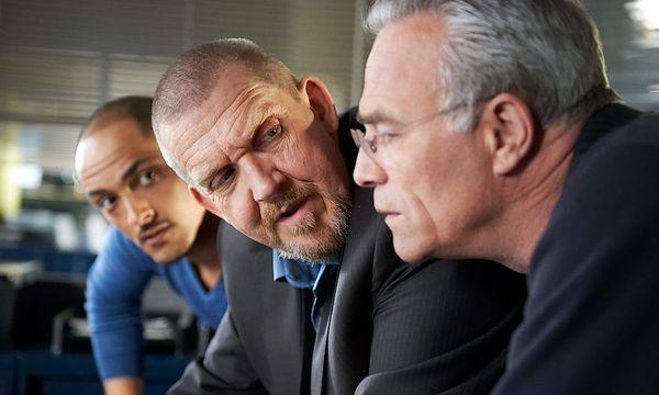 Die Kommissare Schenk und Ballauf haben einen neuen Assistenten (hinten links). / Bild: (c) ORF (Uwe Stratmann)