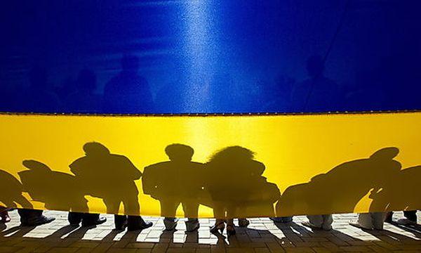 Menschen vor einer ukrainischen Flagge / Bild: (c) EPA (Igor Vorobyov)