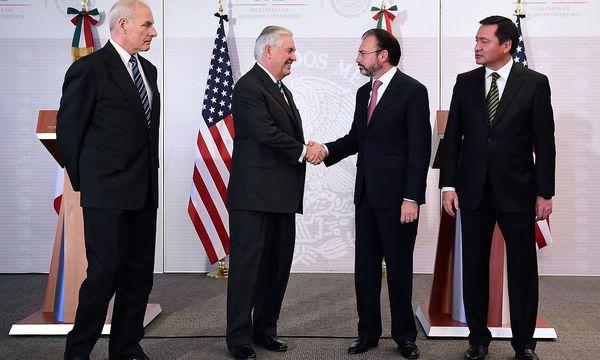 Ein Treffen der Gegensätze: Kelly und Tillerson in Mexiko. / Bild: APA/AFP/RONALDO SCHEMIDT