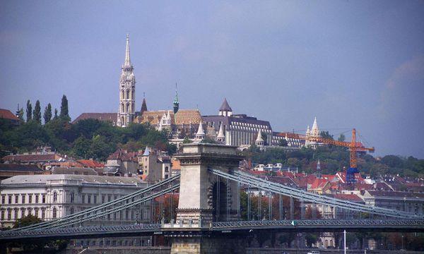 Ungarn, Budapest, Kettenbruecke, Matthiaskirche und Fischerbastei / Bild: (c) www.bilderbox.com (BilderBox.com)