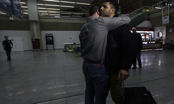 Der Journalist Glenn Greenwald (l.) umarmt seinen Partner David Miranda auf dem Flughafen in Rio de Janeiro. Miranda wurde zuvor in London festgehalten. / Bild: (c) REUTERS (RICARDO MORAES)