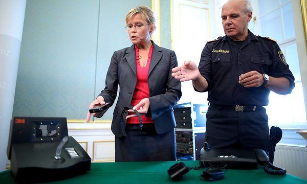 Archivbild: Justizministerin Beatrix Karl (ÖVP) bei der Präsentation der neuen Fußfessel-Regelung, die in diesem Fall noch nicht zur Anwendung kommt. / Bild: (c) APA/GEORG HOCHMUTH