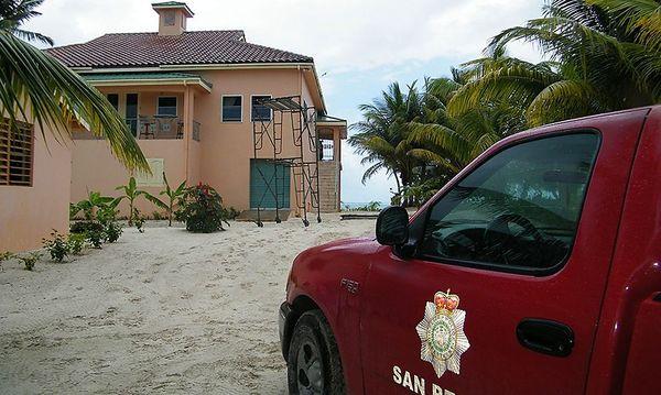 Ein Polizeiauto vor dem Haus des erschossenen Nachbarn in San Pedro, Belize. / Bild: Reuters