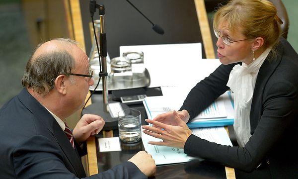 SP-Sicherheitssprecher Otto Pendl und Justizministerin Beatrix Karl (ÖVP) bei der Nationalratssitzung am 5. Dezember 2012. / Bild: (c) APA/Roland Schlager