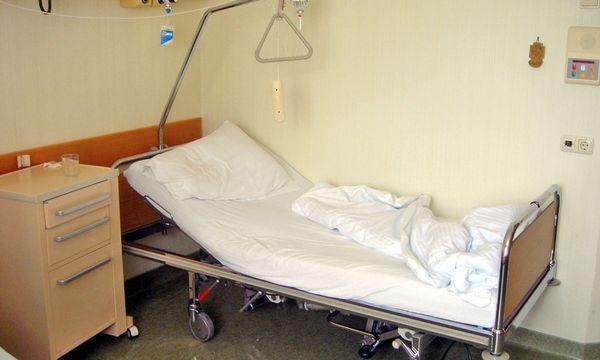 Bett in einem Krankenhauszimmer / Bild: (c) www.BilderBox.com