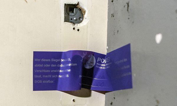 Ein Polizeisiegel an der Wohnungstür des mutmaßlichen Komplizen in Neuss / Bild: (c) APA/dpa/Federico Gambarini (Federico Gambarini)