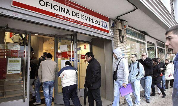 Schlange vor dem Arbeitsamt in Spanien / Bild: EPA