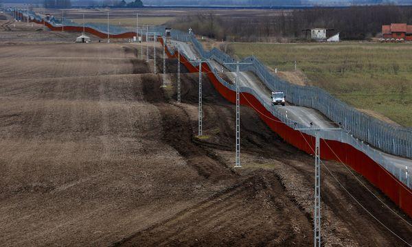 Ungarische Polizisten patrouillieren an der ungarisch-serbischen Grenze. / Bild: REUTERS