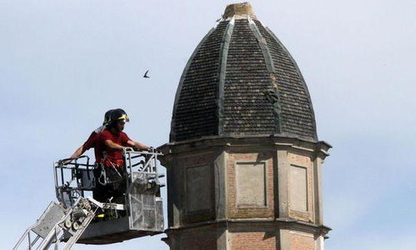 Feuerwehrleute inspizieren einen Kirchturm in Novi di Modena. / Bild: EPA (Matteo Bazzi)