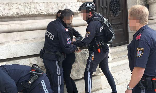Die Amtshandlung vor dem Burgtheater / Bild: Die Presse