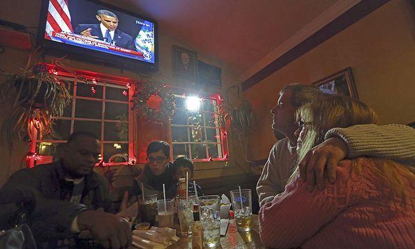 Einwohner von newtown sehen weinend Obamas Rede im Fernsehen. / Bild: (c) AP (Mary Altaffer)