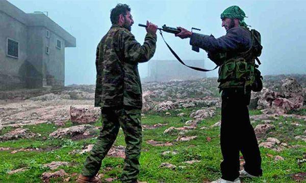 Training im geheimen Rebellencamp. Mahmous Schleich-Elsour (l.) übt mit einem seiner Kämpfer. / Bild: Victor Breiner