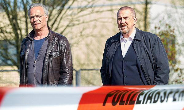 Max Ballauf (Klaus J. Behrendt) und Freddy Schenk (Dietmar Bär) ermitteln im Morfall Patrick Wangila / Bild: (c) ORF (Uwe Stratmann)