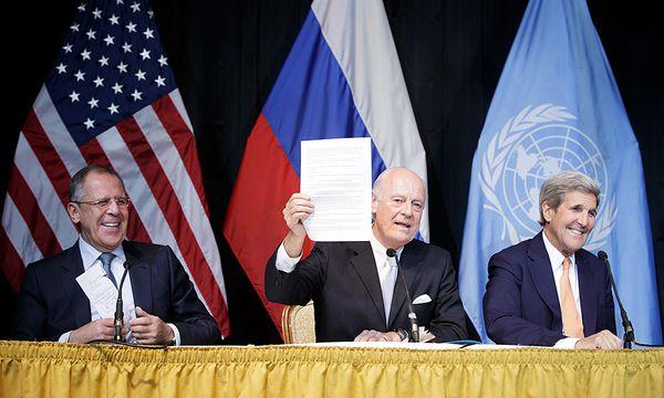 Zeichen einer neuen Entschlossenheit: UN-Beauftragter Staffan de Mistura (Mi.) präsentierte mit Russlands Außenminister Lawrow (li.) und US-Chefdiplomat Kerry die Erklärung. / Bild: (c) APA/EPA (GEORG HOCHMUTH)