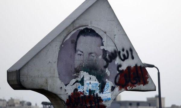 Ein beschmiertes Bild des 2011 gestürzten Langzeitmachthaber Hosni Mubarak in kairo. / Bild: REUTERS