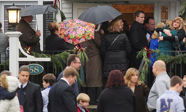 Vor dem Haus der Pintos versammelten sich die Trauergäste bei der Beerdigung des sechsjährigen Jack, der beim Amoklauf in der Volksschule von Newtown ums Leben kam. / Bild: (c) AP/Mark Georgiev