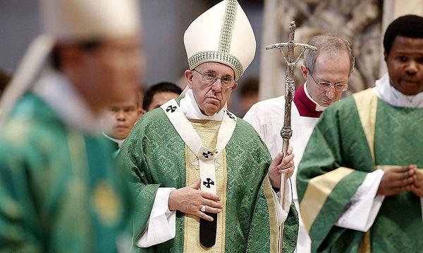 Papst Franziskus will die vielen Familien unterstützen, die die Ehe als Raum betrachten, in dem sich göttliche Liebe offenbare. / Bild: (c) APA/EPA/GIUSEPPE LAMI