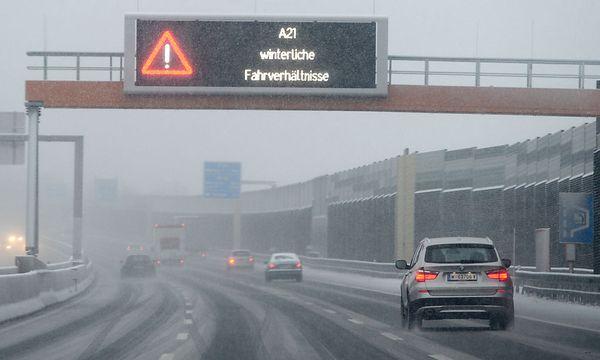So sah es am Montag auf der A21 aus und wird es Donnerstagfrüh womöglich wieder aussehen. / Bild: (c) APA/HELMUT FOHRINGER (HELMUT FOHRINGER)