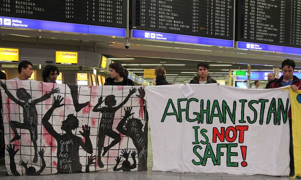 Proteste gegen eine Abschiebung nach Afghanistan in Berlin im Dezember 2016 / Bild: (c) APA/AFP (DANIEL ROLAND)