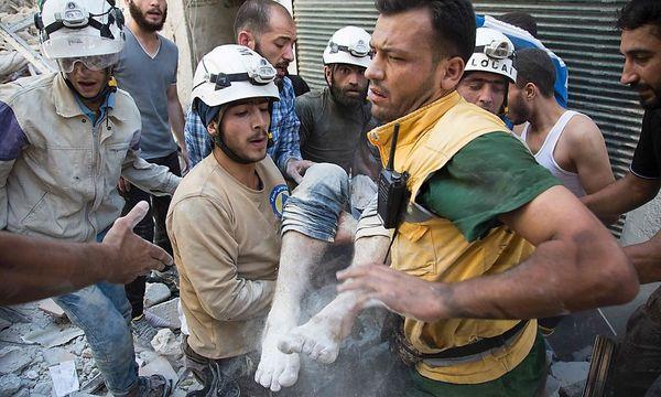 Helfer ziehen einen Verletzten aus den Trümmern. / Bild: APA/AFP/KARAM AL-MASRI